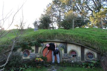2-Day Hobbiton, Rotorua, and Waitomo Tour from Auckland with Accommodation
