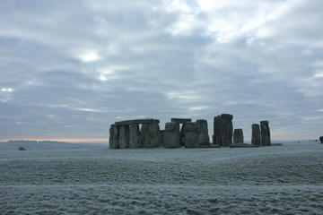 Archaeologist Guided Day Tour: Stonehenge and Bath from London