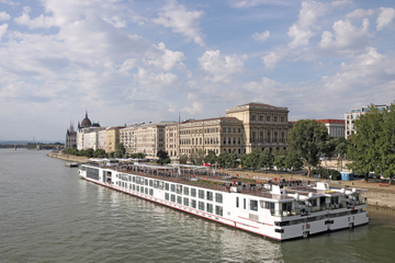 Budapest Shared Transfer: Hotels to Budapest Pier
