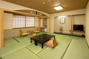 Overnight Stay at the Hirashin Ryokan in Kyoto Including Onsen