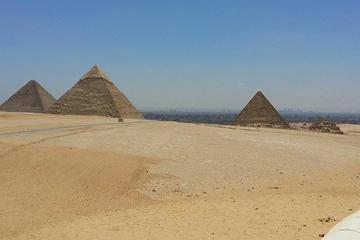 Private 8-Hour Tour of Giza Pyramids, Egyptian Museum and Old Cairo