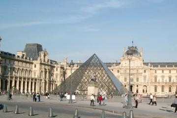 Skip the line Louvre Ticket with Guide Outside the Museum